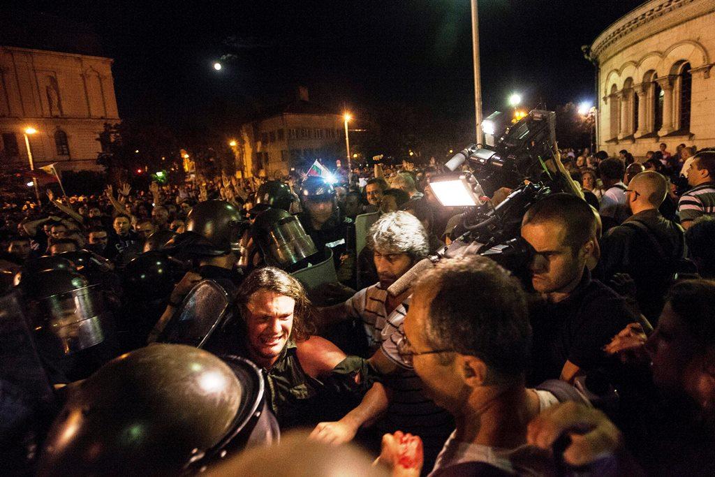 Βουλγαρία: Ανθρώπινος κλοιός γύρω από το κοινοβούλιο