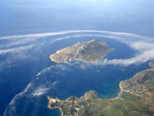Η νήσος Πάτροκλος ανοιχτά του Σουνίου.