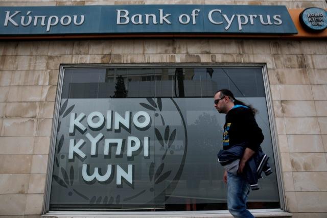 Τον Χριστόφια δείχνει ο κεντρικός τραπεζίτης της Κύπρου