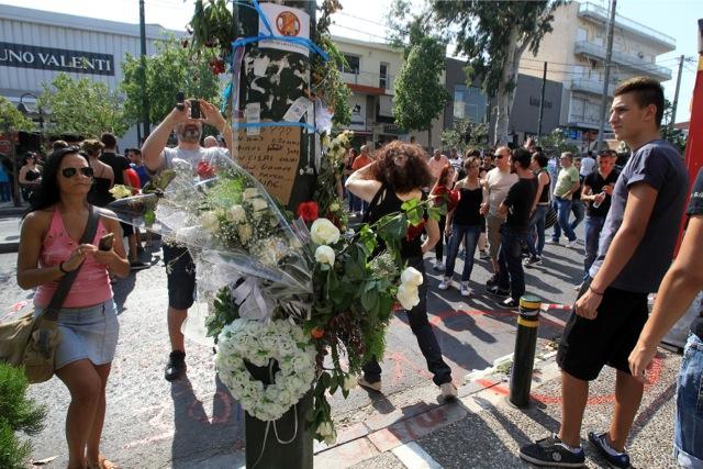 Πλήθος κόσμου στην κηδεία του 19χρονου στο Περιστέρι