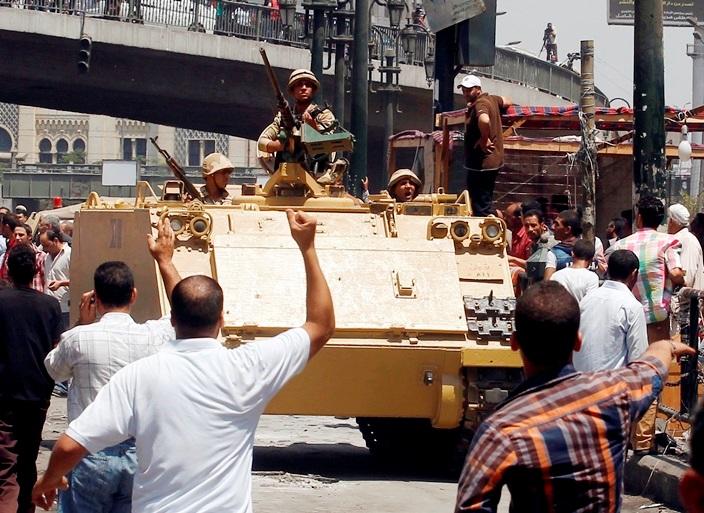 Στην Αίγυπτο άρχισαν να «μιλούν» τα όπλα