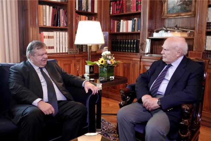 Συνάντηση Παπούλια-Βενιζέλου με επίκεντρο την εξωτερική πολιτική