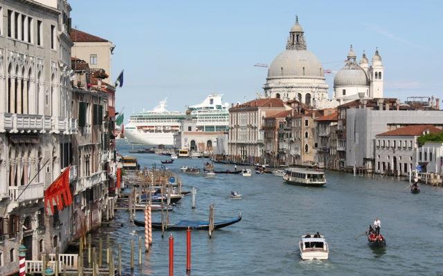 «Βουλιάζουν» τα κανάλια της Βενετίας