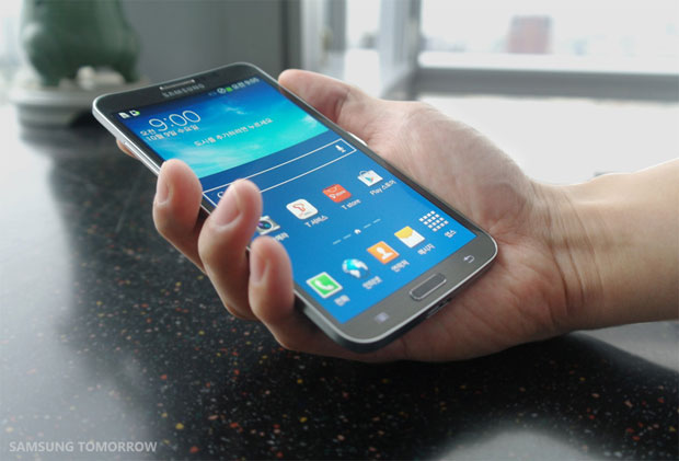 Κινητό με κυρτή οθόνη παρουσίασε η Samsung