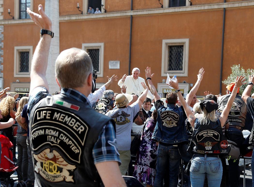 O Πάπας βγάζει την Harley Davidson του στο σφυρί