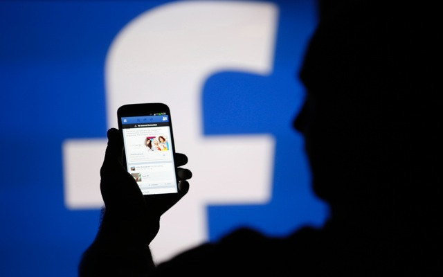 Μηνύματα μέσω Facebook και σε επαφές τηλεφωνικού καταλόγου