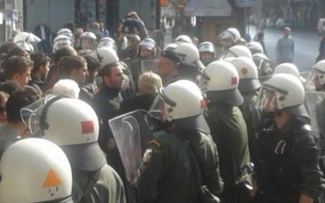 Διαμαρτυρία εκπαιδευτικών στην μαθητική παρέλαση της Θεσσαλονίκης