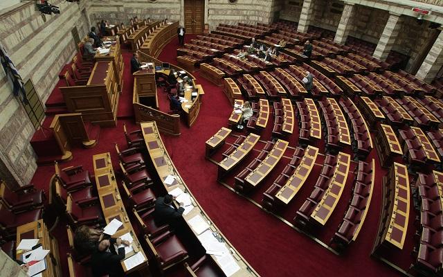Τα βλέμματα στραμμένα στη Βουλή
