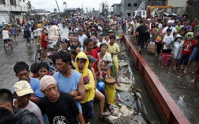 Αγώνας δρόμου για τη διανομή ανθρωπιστικής βοήθειας στις Φιλιππίνες