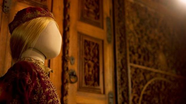 O Adam Chodzko μεταμορφώνει το Μουσείο Μπενάκη