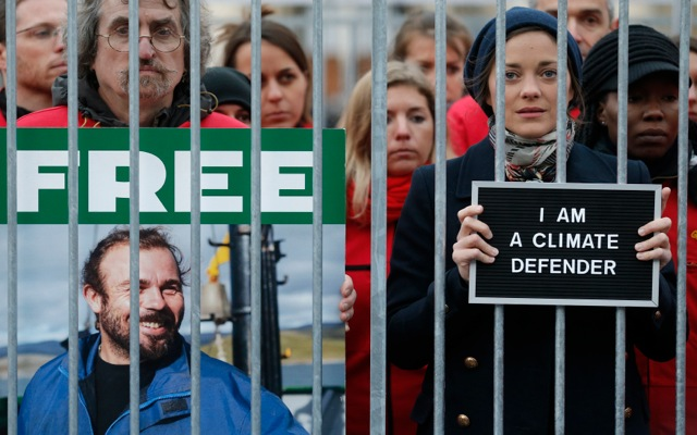 Σε κλουβί κλείστηκε συμβολικά η Μαριόν Κοτιγιάρ