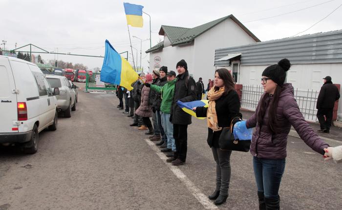 Αλυσίδα προς την Ευρώπη από Ουκρανούς διαδηλωτές