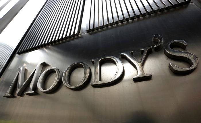 Με νέα υποβάθμιση απειλεί την Ελλάδα ο οίκος Moody's