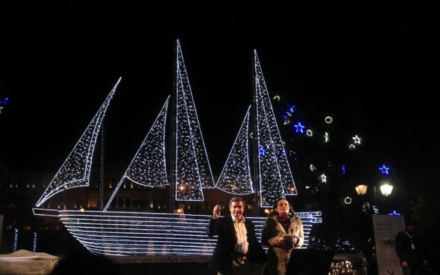 Φωταγωγήθηκε το χριστουγεννιάτικο καράβι στο Σύνταγμα