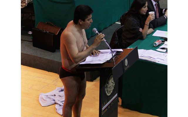 Μεξικανός βουλευτής βγαίνει κυριολεκτικά από τα ρούχα του