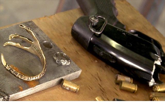 Κοσμήματα φτιαγμένα από μέταλλο…όπλων!