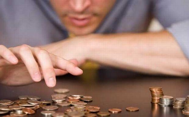 ΤτΕ: Μειώθηκαν κατά 7,4% οι μέσες αποδοχές το 2013