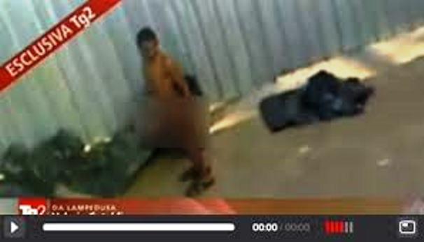 Βίντεο ντροπή: Ψεκάζουν μετανάστες γυμνούς στη σειρά