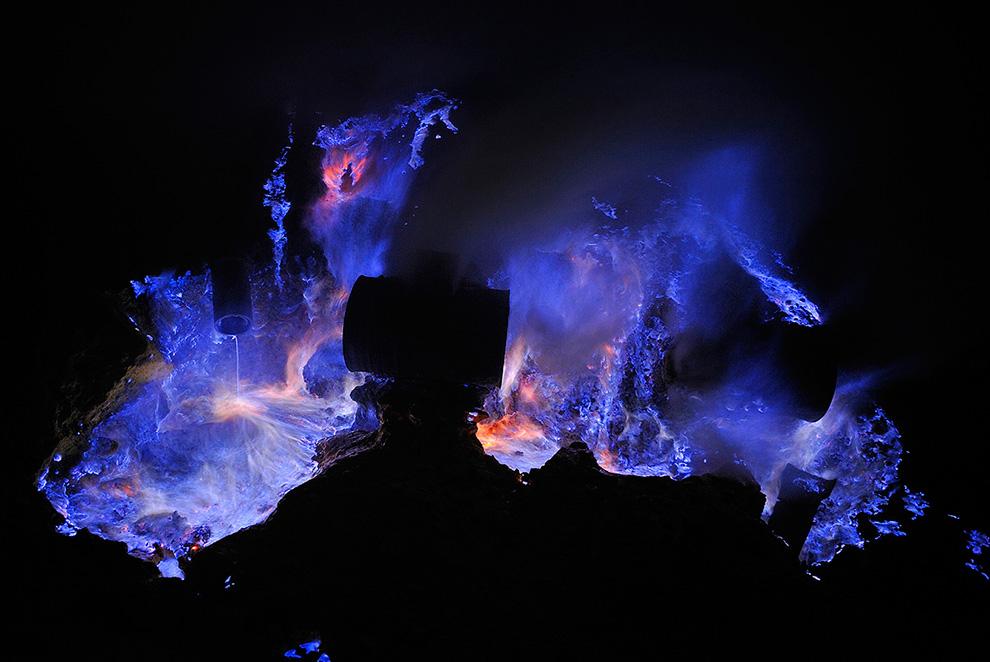 Ινδονησία: Το ηφαίστειο που βγάζει μπλε λάβα