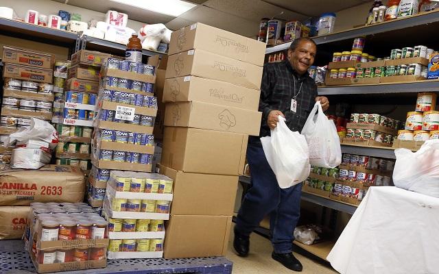 Οκτάωρη αναμονή σε τράπεζες τροφίμων για λίγα φρέσκα τρόφιμα
