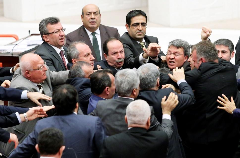 Τουρκία: Σε ρινγκ έχει μετατραπεί η Βουλή