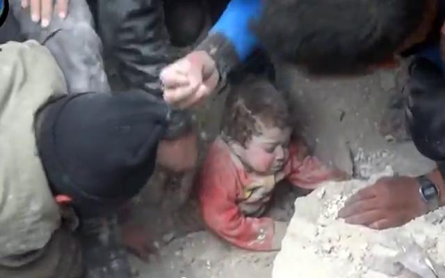 Συρία: Βίντεο καταγράφει την απίστευτη διάσωση βρέφους