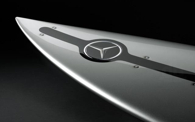 Μια σανίδα για σέρφινγκ δια χειρός Mercedes-Benz