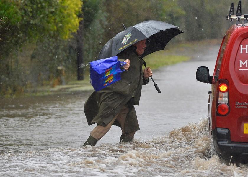Στο έλεος των πλημμυρών η Βρετανία