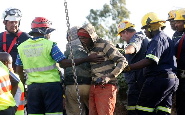 Δώδεκα άτομα απεγκλωβίστηκαν από το ορυχείο χρυσού στη Ν. Αφρική