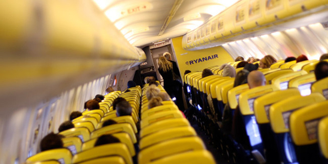 Ryanair: Πόσο κοστίζουν τα «δίδακτρα» για προσληφθεί κανείς