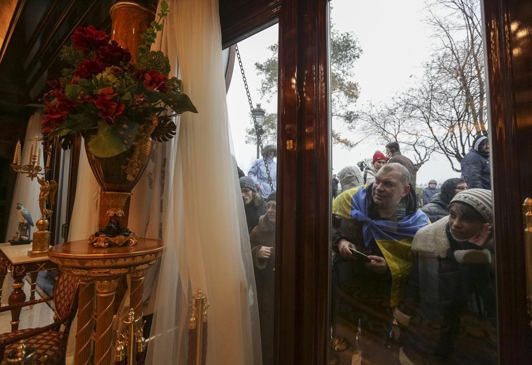 «Εκδρομή» των Ουκρανών στο… ανάκτορο του Γιανουκόβιτς!