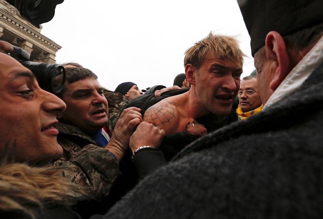 Σκηνές εμφυλίου στην Ουκρανία – Επίσημα καταζητούμενος ο Γιανουκόβιτς