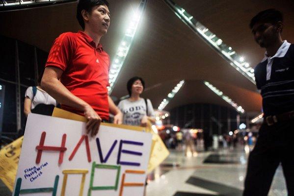 Απαντήσεις ζητούν οι συγγενείς των αγνοουμένων του αεροσκάφους