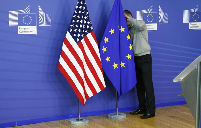 Reuters: Τα «βρίσκουν» ΗΠΑ και Ε.Ε. για τους εμπορικούς δασμούς