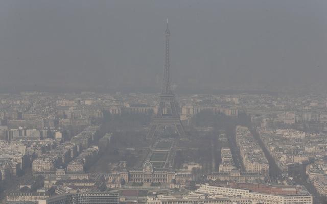 «Χαμένο» στο καυσαέριο το Παρίσι