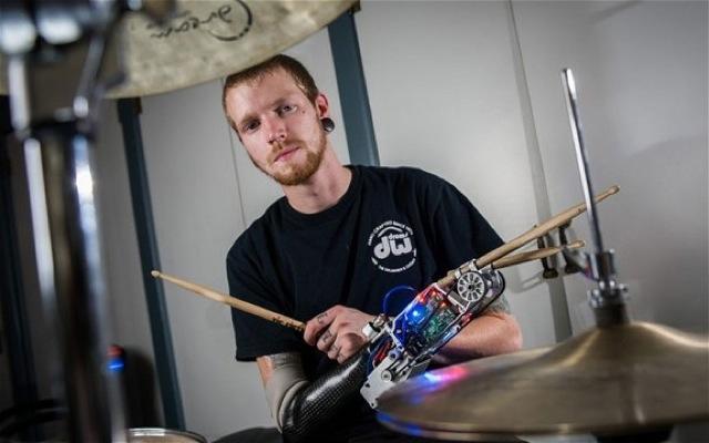 Βίντεο: Drummer με ρομποτικό χέρι