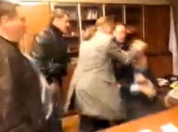 Βίντεο: Ακροδεξιοί στο Κίεβο χτυπούν τον διευθυντή της κρατικής τηλεόρασης