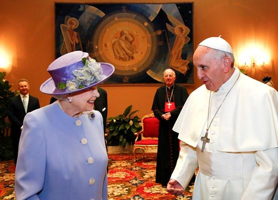 Το «καλάθι της νοικοκυράς» Ελισάβετ. Δείτε τι δώρο έκανε στον Πάπα
