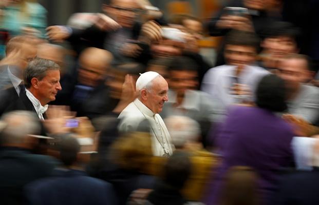 Υστερία για τις selfies του Πάπα