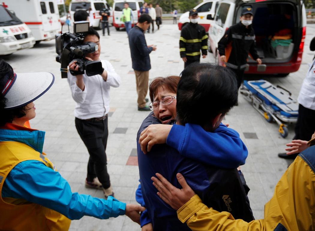 Νότια Κορέα: H οδύνη των γονιών – το σοκ των επιζώντων