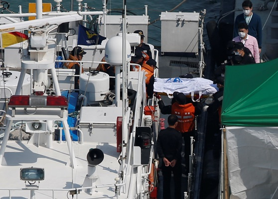 Συγκλονίζουν οι μαρτυρίες των δυτών για το ναυάγιο της Ν. Κορέας