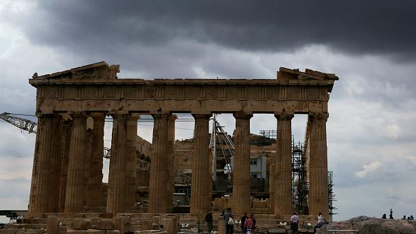 Bloomberg: H κρίση μετέτρεψε την Αθήνα σε «εκρηκτική ύλη»