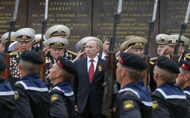 Ο Πούτιν στην Κριμαία και η Ουκρανία «φλέγεται» – Δείτε τις φωτογραφίες