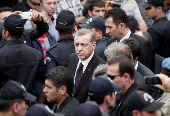Νέο βίντεο επίθεσης σε διαδηλωτή «καίει» τον Ερντογάν