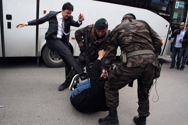 Απολύθηκε ο σύμβουλος του Ερντογάν που κλώτσησε τον διαδηλωτή
