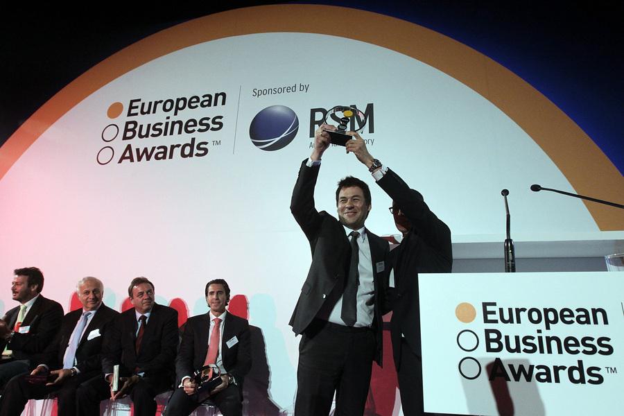 Εκπρόσωπος της ελληνικής εταιρίας Μασούτης παραλαμβάνει το βραβείο Infosys Business of the Year Award και το Chairman's Selection Award, από τη European Business Awards, (θεσμός ο οποίος επιβραβεύει τις πλέον καινοτόμες επιχειρήσεις της Ευρώπης), Αθήνα την Τρίτη 27 Μαΐου 2014.