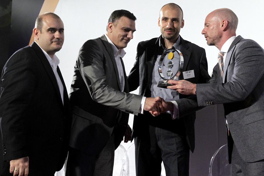 """Εκπρόσωποι της ελληνικής εταιρίας Skroutz παραλαμβάνουν το βραβείο European Public Champion Award, από τη European Business Awards, (θεσμός ο οποίος επιβραβεύει τις πλέον καινοτόμες επιχειρήσεις της Ευρώπης), Αθήνα την Τρίτη 27 Μαΐου 2014. Τα """"European Business Awards sponsored by RSM"""" τα οποία διοργανώνονται για 8η συνεχή χρονιά, είναι ένας ανεξάρτητος μη κερδοσκοπικός θεσμός, ο οποίος αναγνωρίζει και επιβραβεύει την επιχειρηματικότητα, τις καλές πρακτικές και την καινοτομία σε πανευρωπαϊκό επίπεδο."""