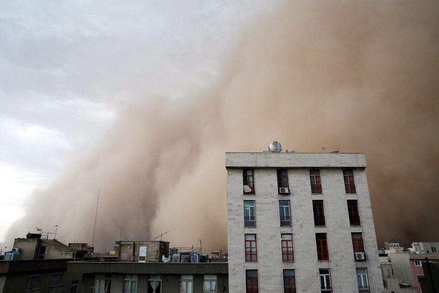 Αμμοθύελλα-γίγαντας «κατάπιε» την Τεχεράνη (βίντεο-εικόνες)