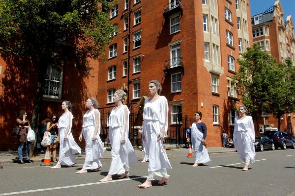Οι «σύγχρονες» Καρυάτιδες που έκαναν το Λονδίνο να σιωπήσει