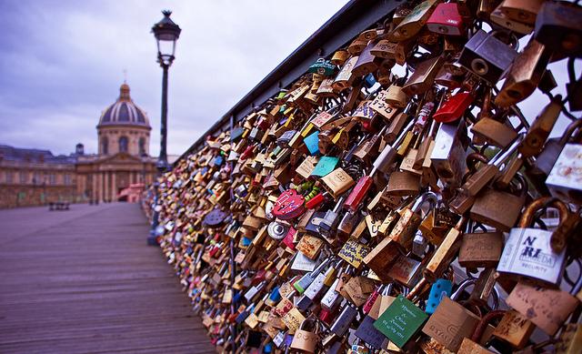 Η Γέφυρα του Παρισιού δεν «άντεξε» την τόση αγάπη